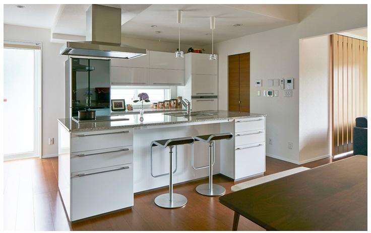 一条工務店 公式サイト 建築実例 アメリカ住宅を再現した、広々リビングとアイランドキッチンの家。アイランドキッチンの様子